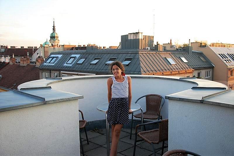 נגה על המרפסת