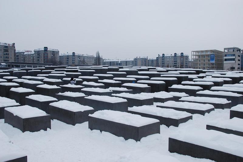 אנדרטה בשלג.jpg
