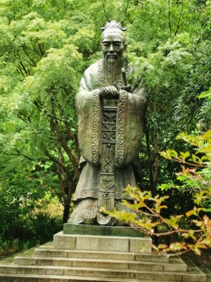 פסל קונפוציוס בגן