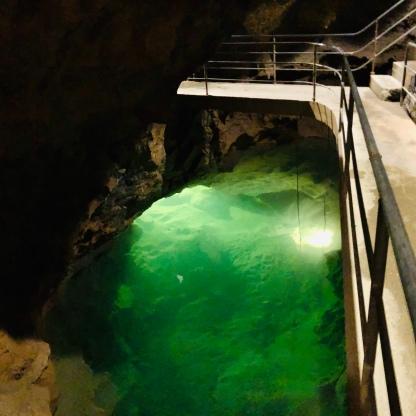 מים במערה