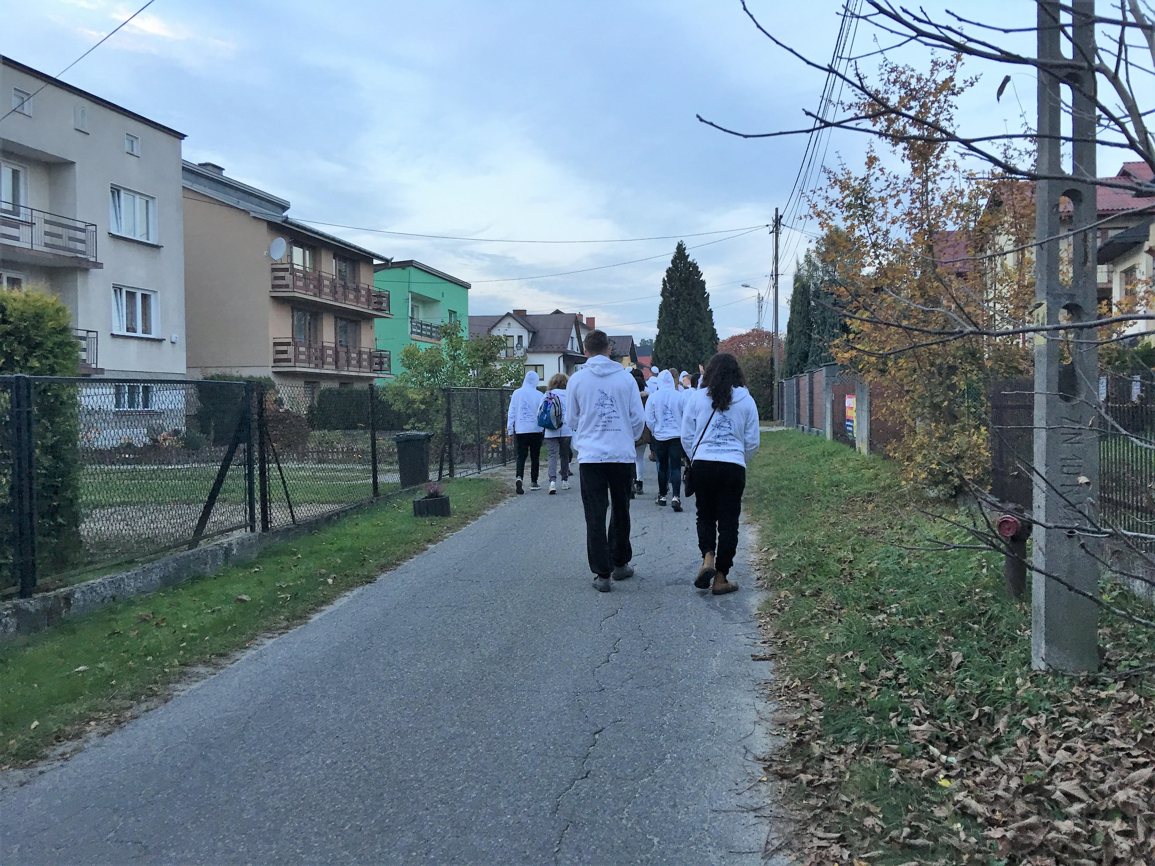 צועדים בכפר