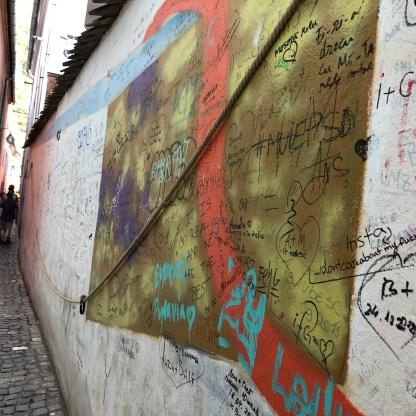 הקיר הצבעוני ברחוב הצר